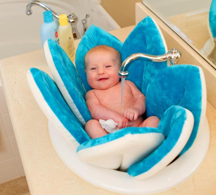 blooming-bath-a-flower-shaped-baby-support-for-sink-baths-0